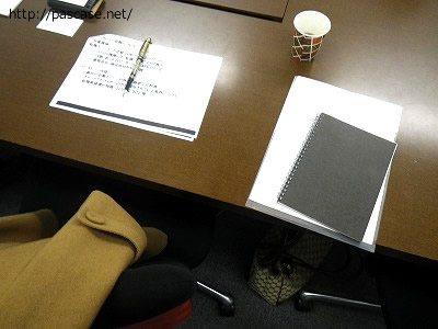 転職エージェントとの面談に使うブース内の机